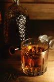杯威士忌酒和烟斗 库存照片