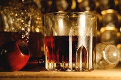 杯威士忌酒和烟斗 图库摄影
