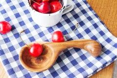 杯子、木匙子和莓果的构成 库存图片