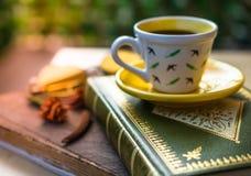 杯子与一本书的coffe浓咖啡在与葡萄酒r的咖啡店 库存图片
