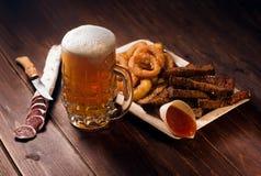 杯子与快餐的啤酒 库存图片
