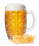 杯子与泡沫的啤酒和堆土豆片孤立 库存照片