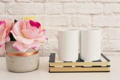 杯子二 白色抢劫大模型 空白的加奶咖啡杯子嘲笑 被称呼的摄影 咖啡杯产品显示 在St的两个咖啡杯 免版税库存照片