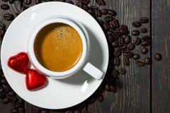 杯子以心脏的形式浓咖啡和巧克力甜点 图库摄影