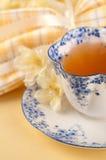 杯子俏丽的设置表茶黄色 免版税库存图片