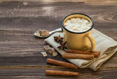 杯子充满热巧克力和蛋白软糖 库存图片