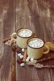 杯子充满热巧克力和蛋白软糖 免版税库存图片