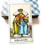 杯子占卜用的纸牌的国王 库存图片