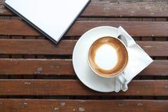 杯子和空的笔记薄咖啡  免版税库存图片