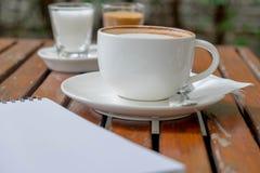 杯子和空的笔记薄咖啡  图库摄影