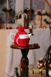 杯子和茶壶在新年风景 库存图片