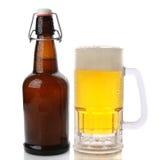 杯子和轻碰顶面啤酒瓶 库存图片