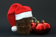 杯子啤酒和圣诞节球 免版税库存照片