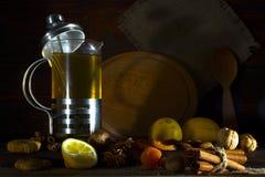 杯子在一枚老木桌、柠檬和坚果上的茶 库存照片