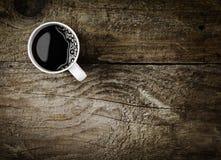 杯子在土气木头的浓咖啡咖啡 图库摄影