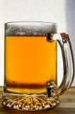 杯子在木头的新鲜的低度黄啤酒 免版税图库摄影
