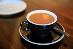 黑杯子在桌, Timaru,新西兰上的新鲜的浓咖啡 免版税库存照片