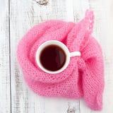 杯子在编织围巾的茶 免版税库存图片