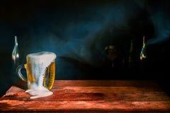杯子在黑暗的背景的啤酒 免版税库存图片