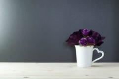 杯子心脏形状把柄的罗斯爱的 免版税库存照片