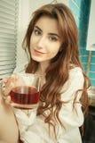 杯子愉快的茶妇女 免版税库存图片