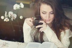 杯子愉快的茶妇女 免版税库存照片