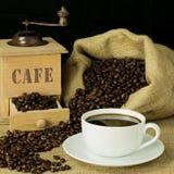 杯子新近地碾碎的咖啡 免版税库存图片