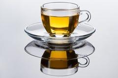 杯子新鲜的叶子造币厂的茶 库存照片