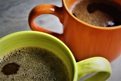 杯子木头的美式咖啡 库存图片