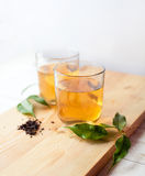 杯子木选材台的茶 免版税图库摄影