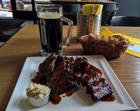 杯子烤猪排啤酒和板材,布拉格,捷克 库存照片