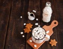 杯子热巧克力或可可粉用圣诞节曲奇饼和marsmal 免版税库存图片
