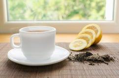 杯子热柠檬茶 免版税库存照片