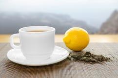 杯子热柠檬茶 库存图片