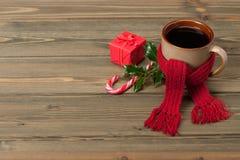 杯子热的茶或咖啡与围巾 圣诞节 免版税库存照片