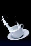 杯子牛奶溢出 免版税图库摄影