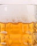 杯子特写镜头有啤酒泡沫的。 免版税库存照片