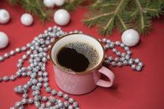 杯子用在一张新年桌上的咖啡 库存图片
