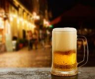 杯子用在外部酒吧的啤酒 库存图片