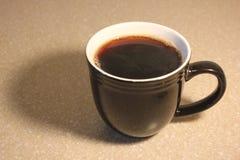 杯子用新近地煮的咖啡 免版税库存照片