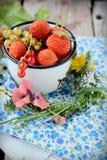 杯子用新鲜的莓果 图库摄影
