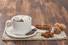 杯子用自创热巧克力和蛋白软糖填装了 免版税库存图片