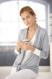 杯子纵向俏丽的茶妇女 免版税库存照片