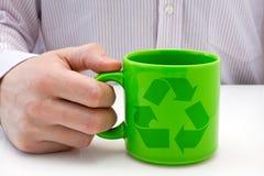 杯子绿色被回收的符号 库存图片