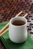 杯子绿茶白色 库存图片
