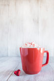 杯子舒适与华伦泰心脏的冬天热巧克力 免版税库存照片