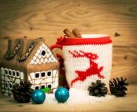 杯子茶或咖啡 与红色丝带的礼物和 加香料甜点 免版税库存图片