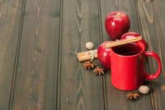 杯子茶或咖啡 苹果,香料 木 免版税库存照片
