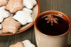 杯子茶或咖啡 香料 姜饼星 库存照片