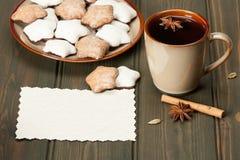 杯子茶或咖啡 香料 姜饼星 免版税库存照片